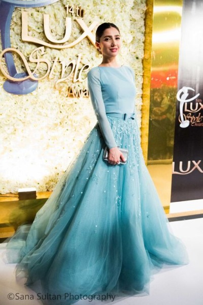 epic styles of mahira khan at lux style awards. 2
