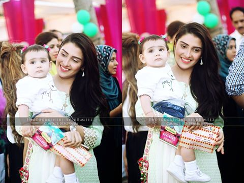 Ayeza Khan and Danish Taimoor having fun with their daughter (2)