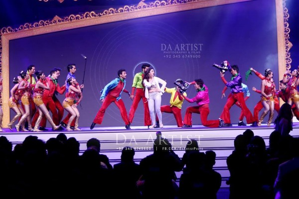 Pictures of Pakistani Celebrities during performance at ARY Film Awards 2016 (13)