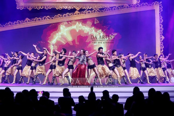 Pictures of Pakistani Celebrities during performance at ARY Film Awards 2016 (18)