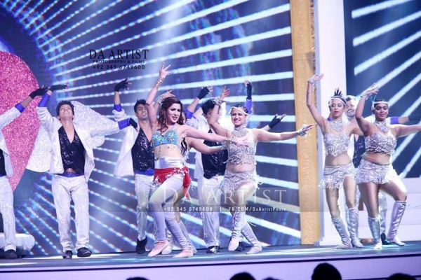 Pictures of Pakistani Celebrities during performance at ARY Film Awards 2016 (3)