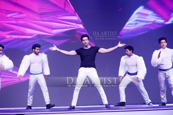 Pictures of Pakistani Celebrities during performance at ARY Film Awards 2016 (4)
