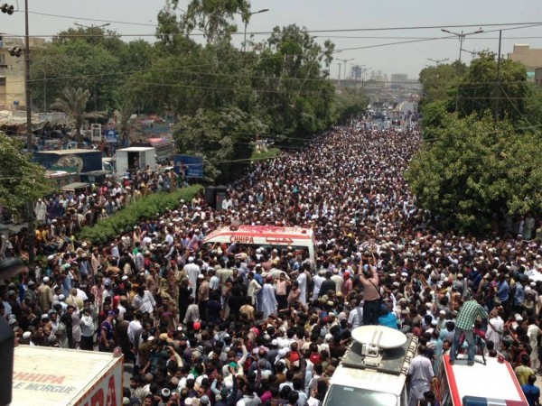 Huge crowd at funeral of Late Amjad Sabri (4)