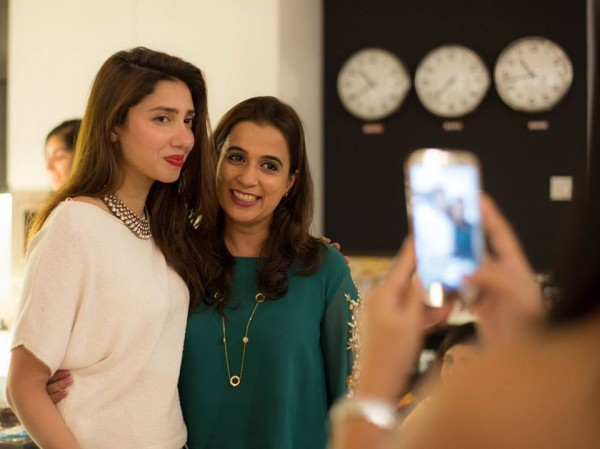 See Mahira Khan in Singapore with her fans