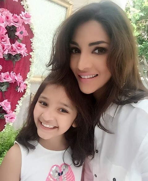 Pictures of Zhalay Sarhadi with her daughter (7)