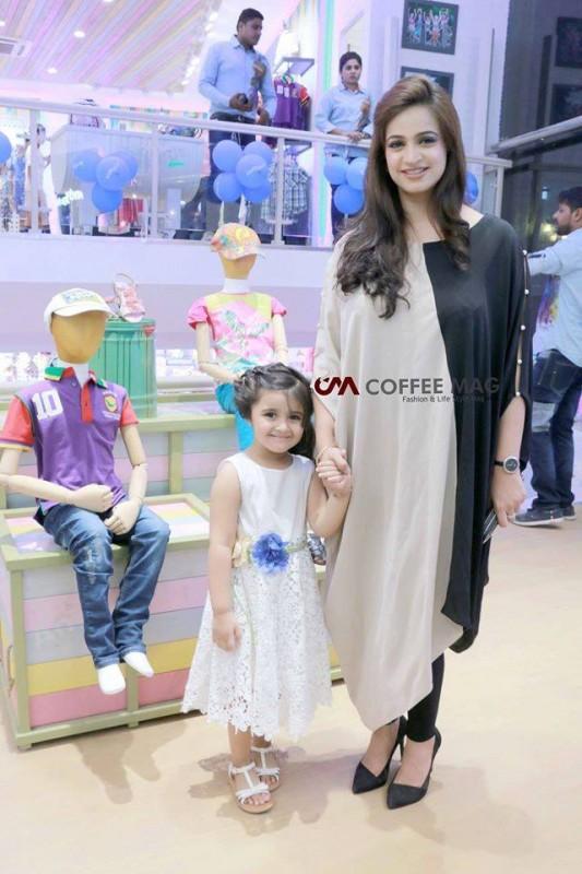 Noor Bukhari with her daughter (1)