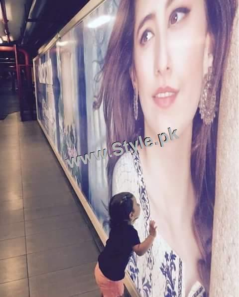 Recent Pictures of Syra Shahroze with her daughter (5)