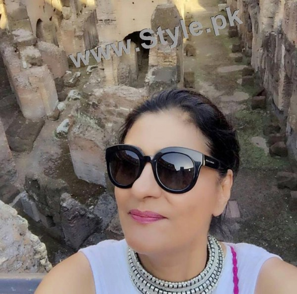Saba Hamid Enjoying Vacations in Italy (7)