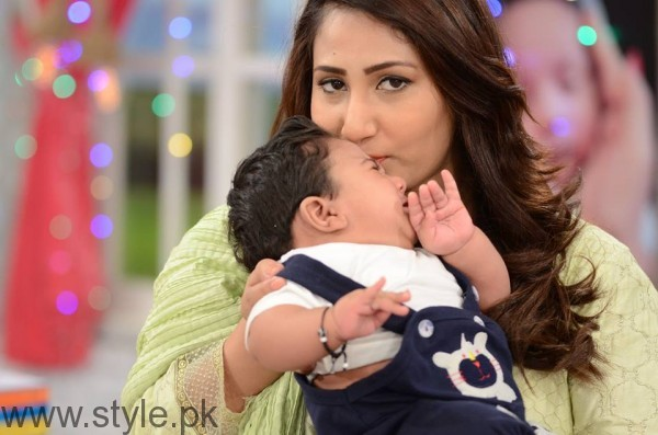 Pari Hashmi with her baby in Good Morning Pakistan (2)