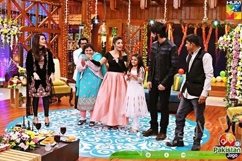 Agha Ali and Sanam Chaudhry in Jago Pakistan Jago (2)