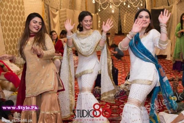 Aiman Minal Khan Dholki Dancing Pictures (3)
