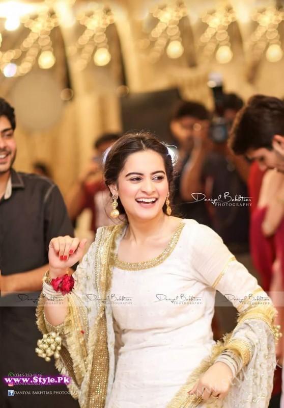 Aiman Minal Khan Dholki Dancing Pictures (5)