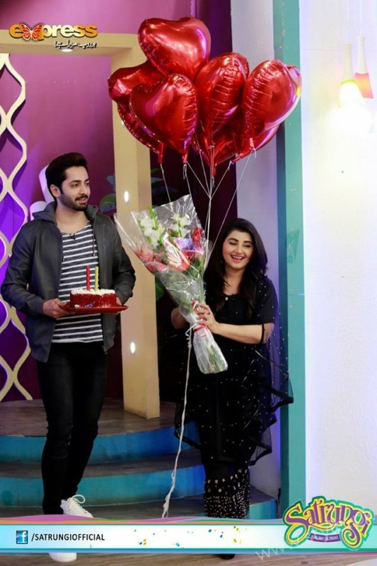 Ayeza Khan's surprise Birthday Celebration in Morning Show 'Satrungi' (13)