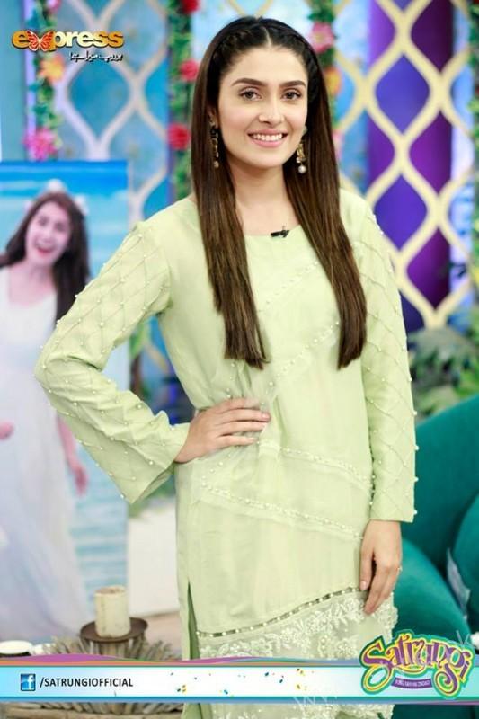 Ayeza Khan's surprise Birthday Celebration in Morning Show 'Satrungi' (7)