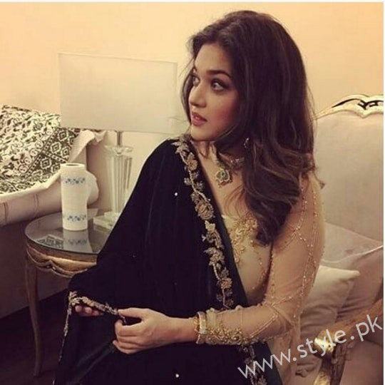Embroidered velvet shawls are ruling in winters 2017 (5)