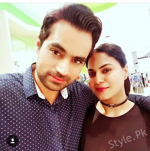 Beautiful Actress Veena Malik New Picture With Family