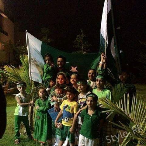 Shahid Afridi With His Daughters Celebrating Independence Day