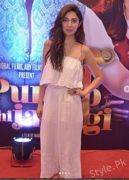 Gorgeous Mahira Khan And Aisha Khan At The Premiere Of Punjab Nahi Jaungi
