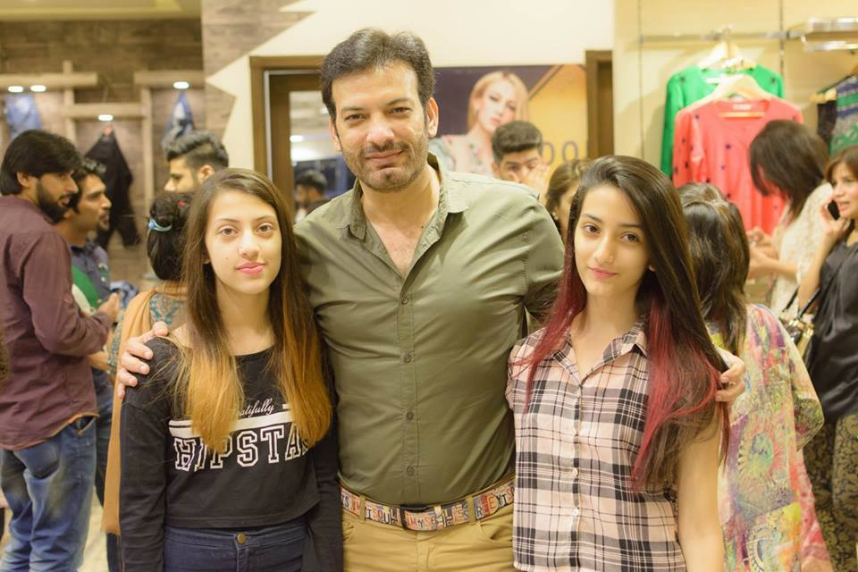 Recent Clicks of Saleem Sheikh with his wife and Daughters ...