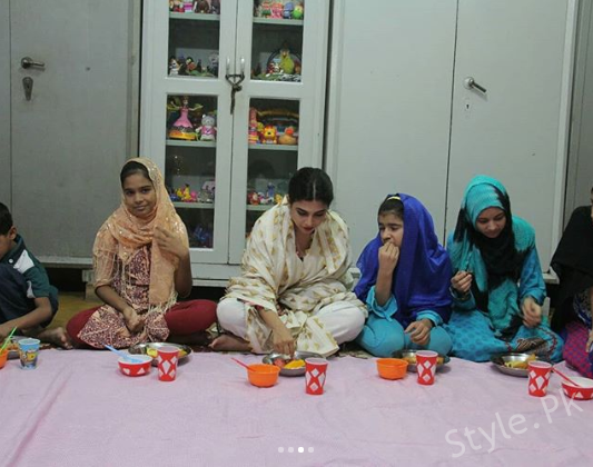 Sonya Hussyn And Moammar Rana Having Iftar With Kids At Edhi Center